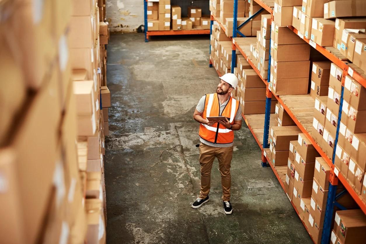 logistica magazzino magazzienere uomo