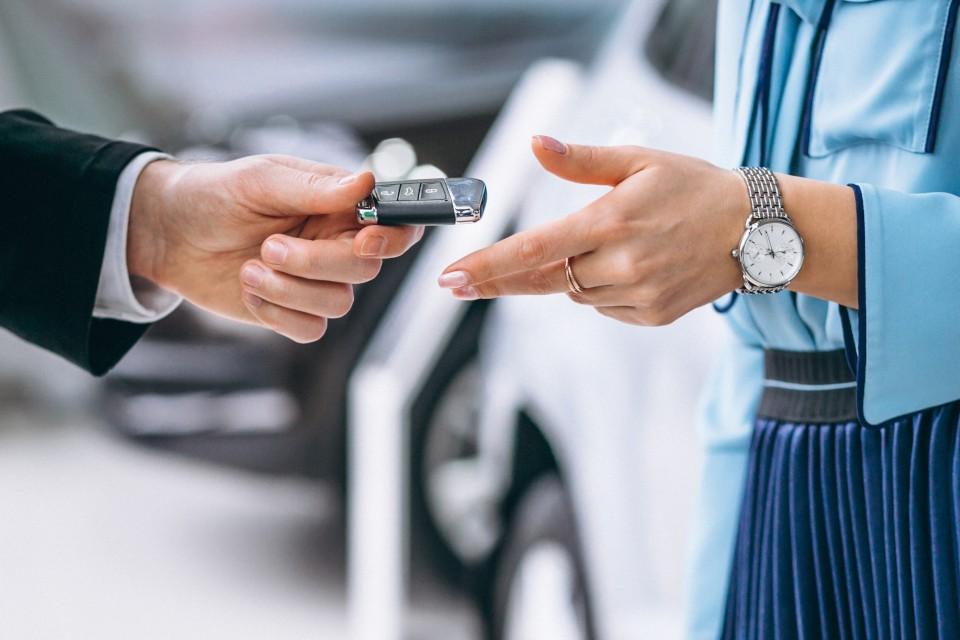 mano femminile con chiave automobile