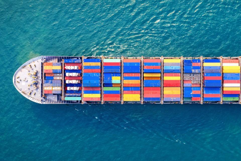 vista aerea di nave cargo in navigazione con container export import per esterometro